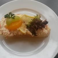 Chlebíček s krabím salátem a ovocem