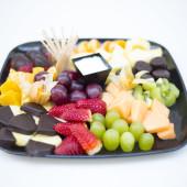 Krájené čerstvé ovoce a ovoce v čokoládě s vanilkovou omáčkou