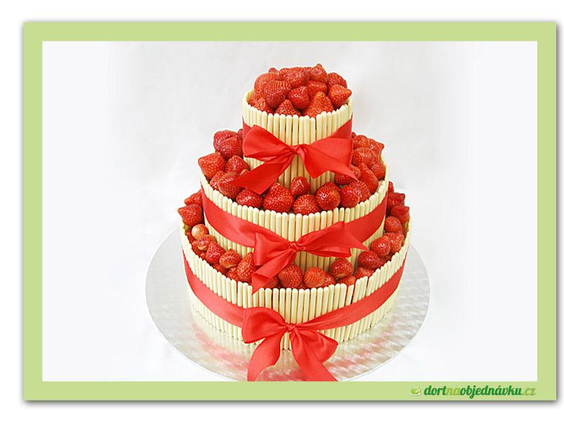 Svatebni dort s jahodami